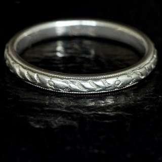 ART DECO 18 KARAT WHITE GOLD ENGRAVED VINTAGE WEDDING BAND ESTATE RING